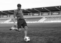 Steven-Gerrard_Kick_Adidas_24-Productions_BW_o